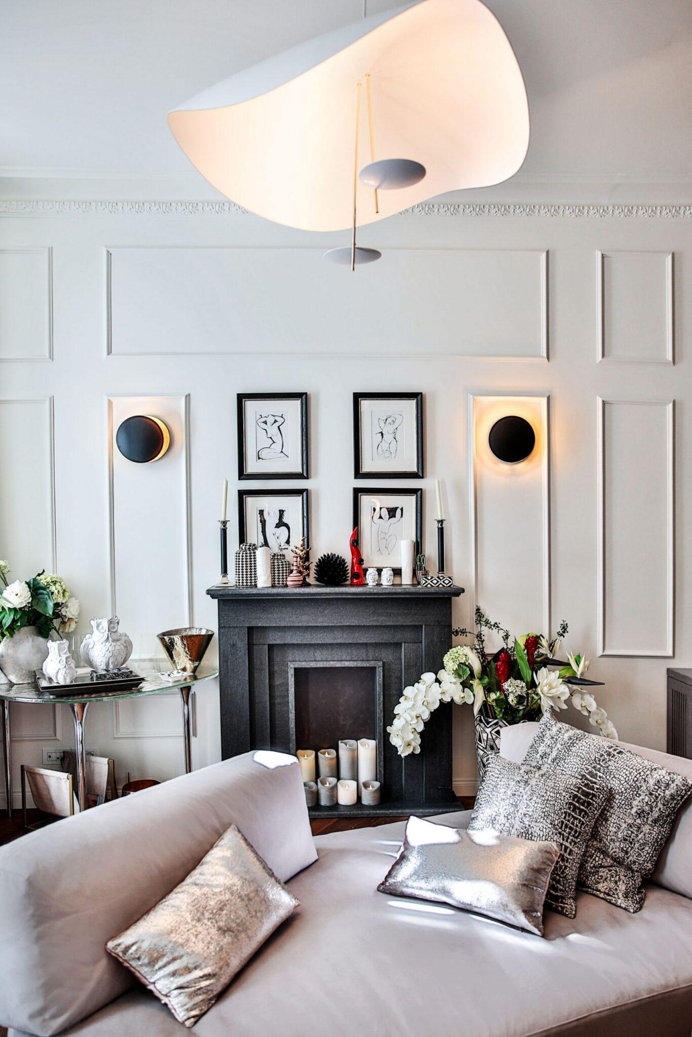 soggiorno parisino con applique a parete