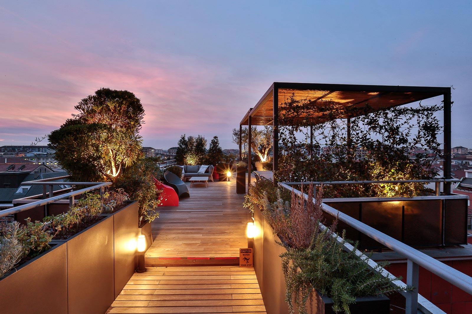 terrazzo con piante e pergolato