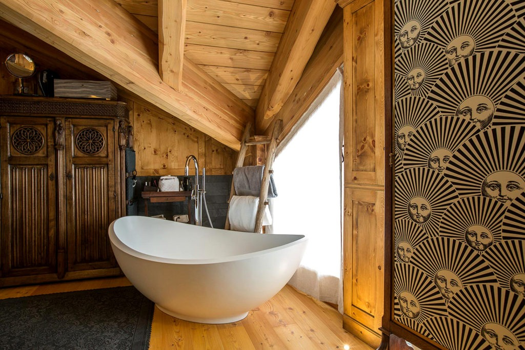 vasca freestanding in stanza rivestita in legno