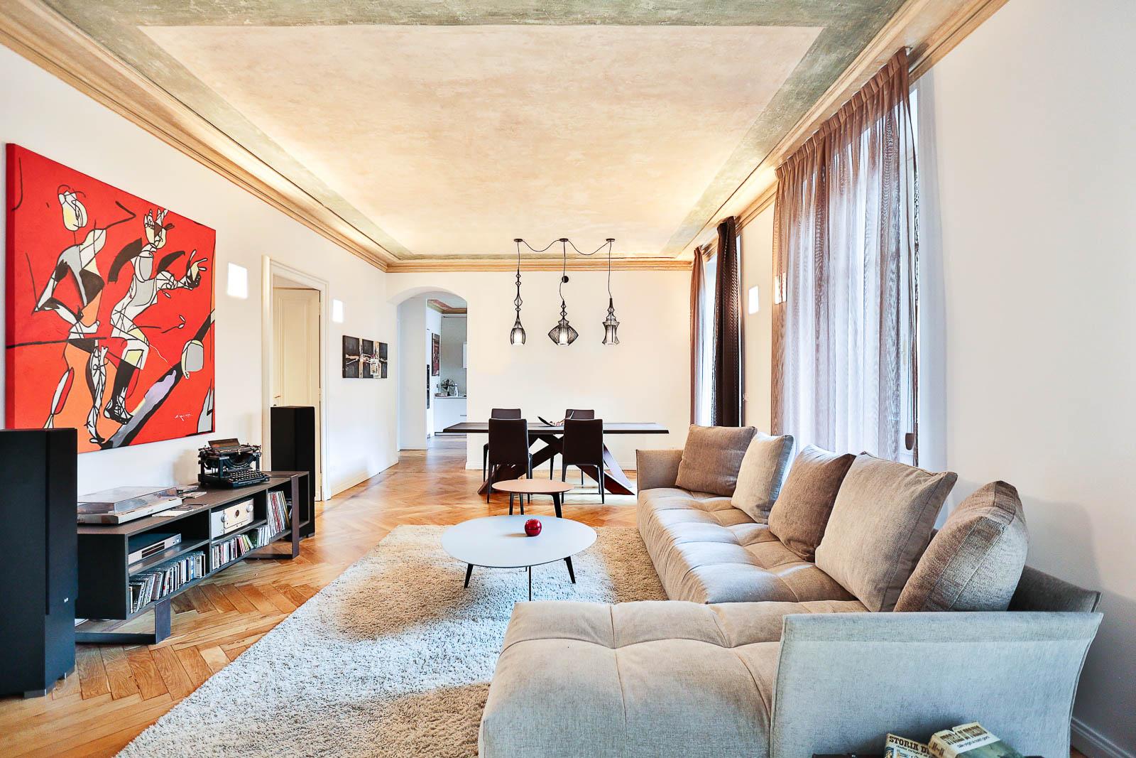 soggiorno moderno con quadri