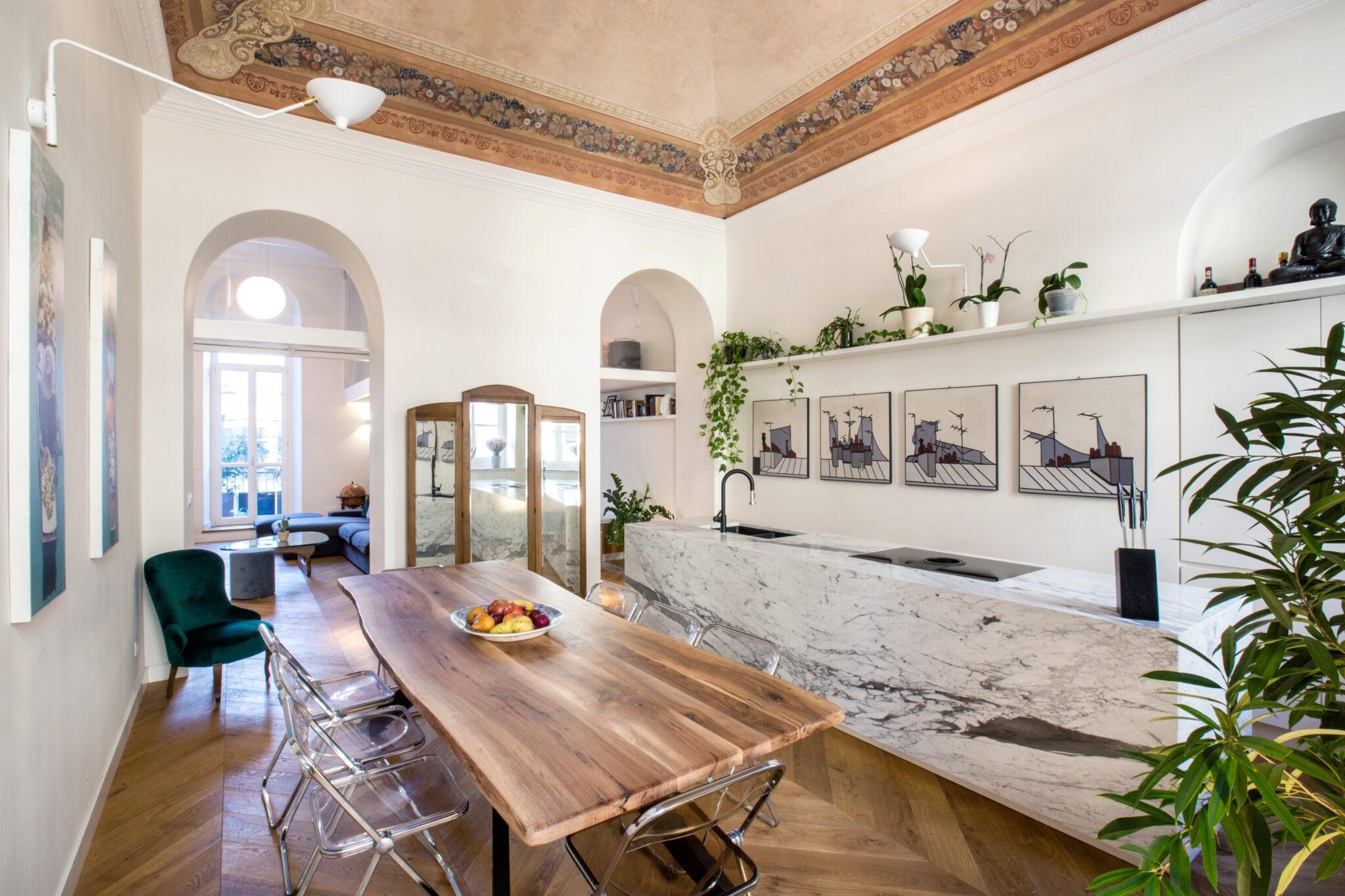 cucina con isola rivestita in marmo